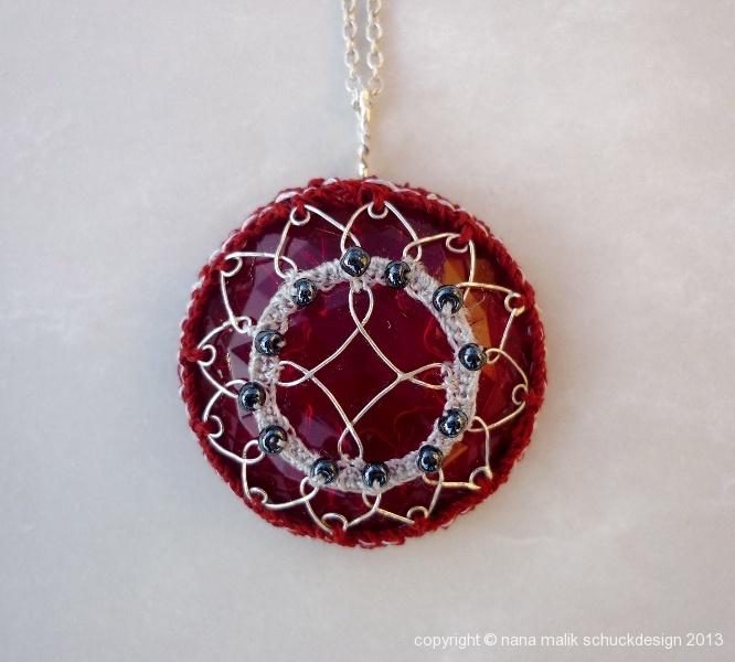 anhaenger-glas-textil-silber