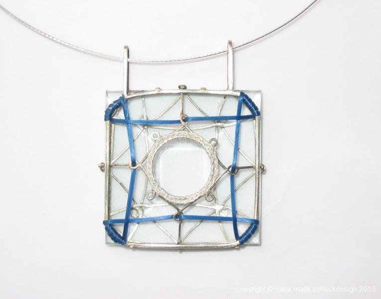 anhaenger-glas-blau