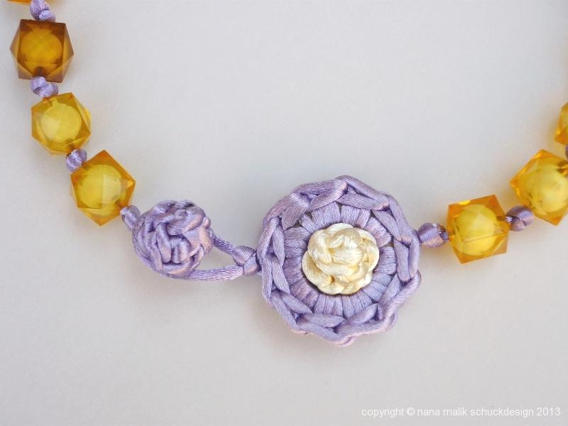 kette-violett/creme/gelb-kunstharzperlen-ausschnitt