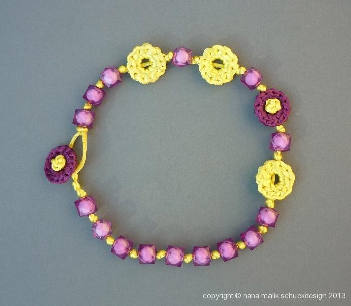 kette-violett/gelb-kunstharzperlen